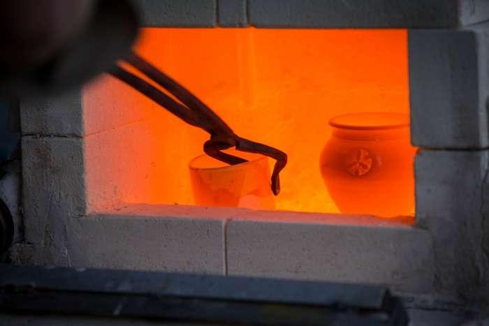 Vytahování rozžhavených kusů z pece.