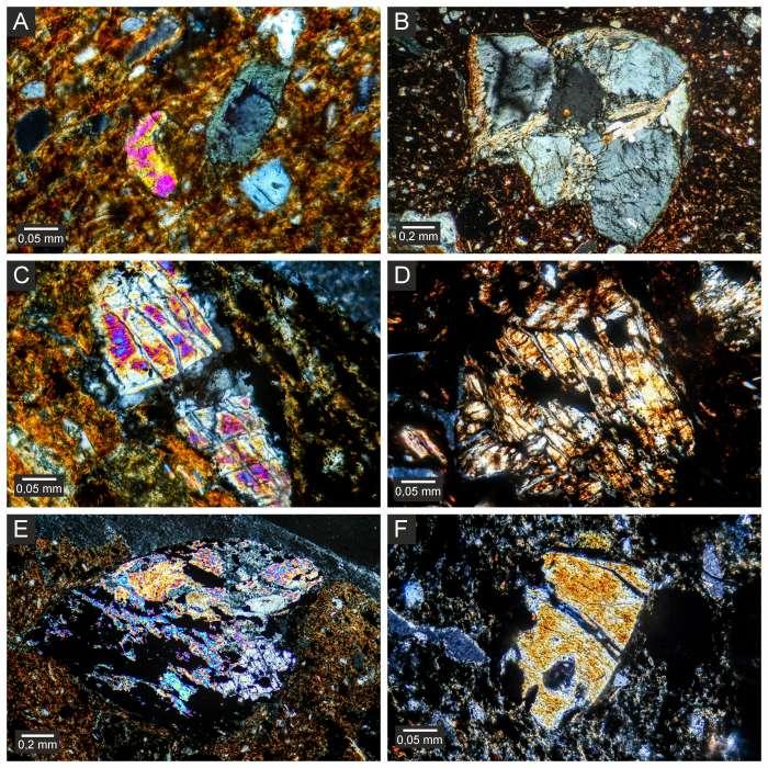 Snímky petrografických výbrusů laténské keramiky z Chrudimska.