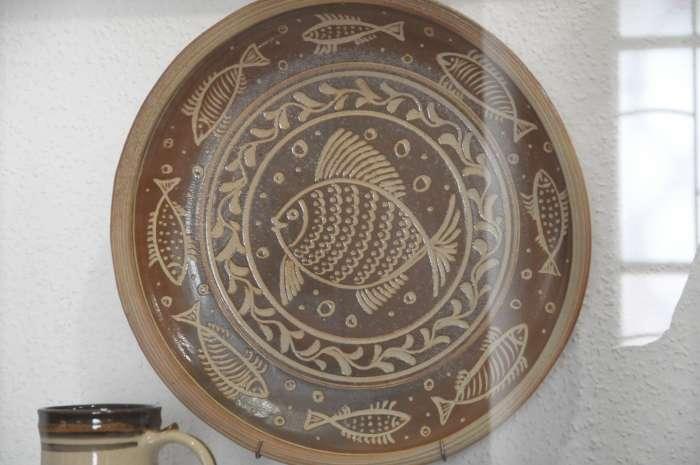 Velký dekorovaný talíř v podobném stylu.