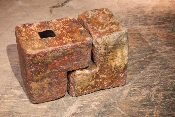 "Leena Juvonen a dřevem pálené ""kameny""."