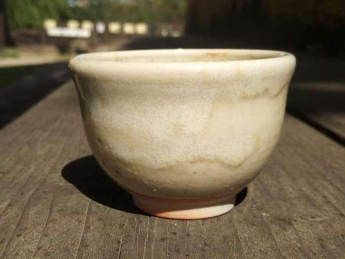 Popelová glazura nuka na porcelánu W52 pálená dřevem.