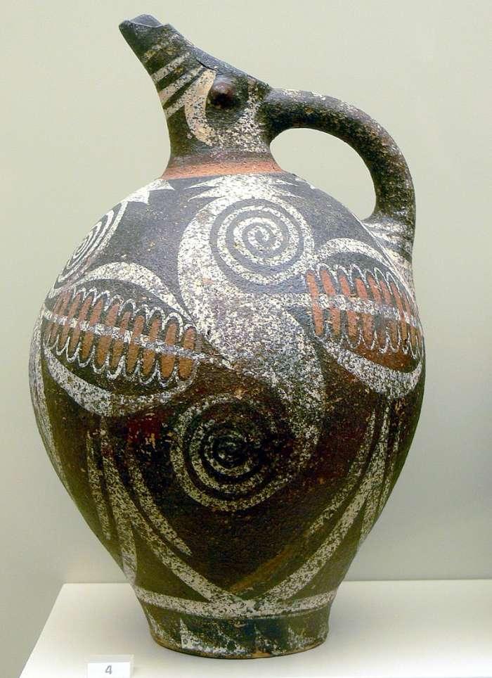 Kamarský džbán s typickou polychromní dekorací.