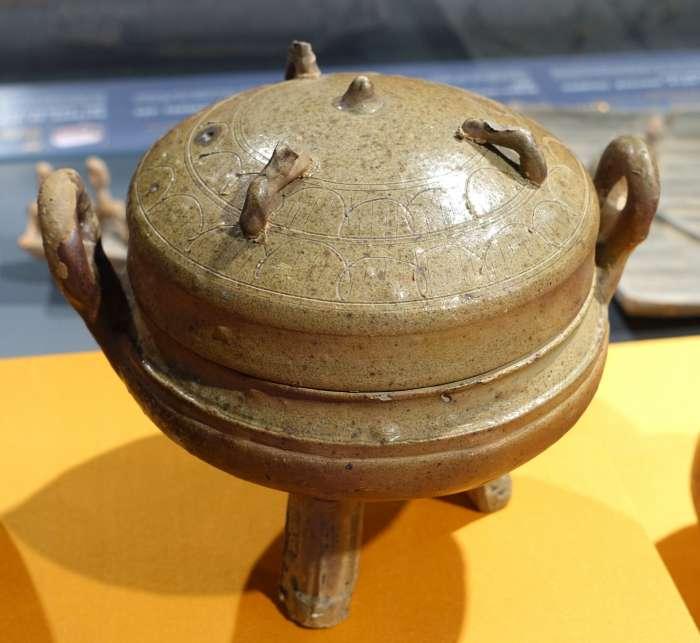 Obr.3 Žlutozelený seladon na třínohé dóze – dynastie Západní Han