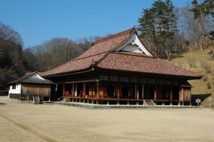 Shizutani_school_the_hall_and_shosai.jpg